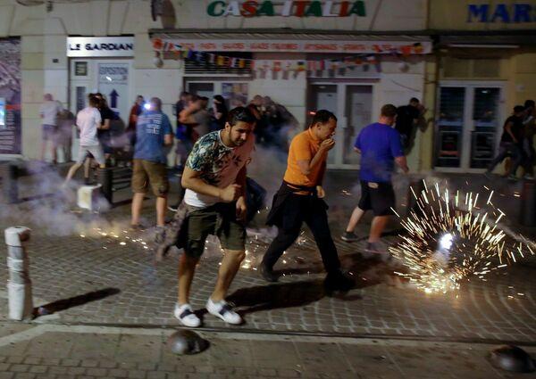 Болельщики во время беспорядков в Марселе после матча сборных России и Англии на Евро-2016