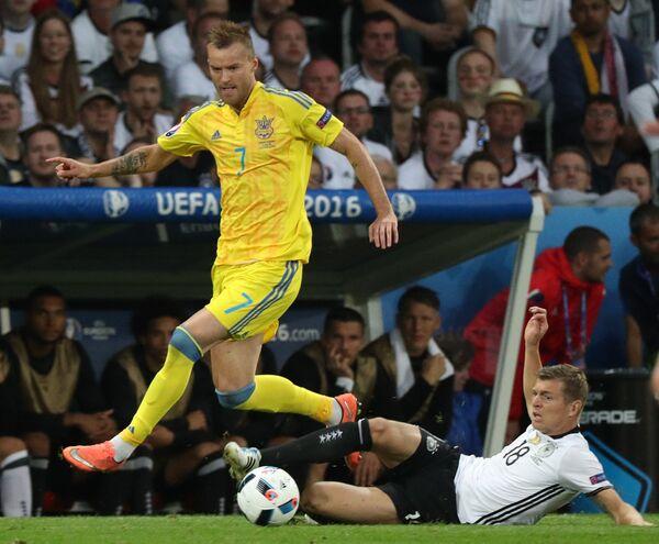 Полузащитник сборной Украины Андрей Ярмоленко (слева) и полузащитник сборной Германии Тони Кроос