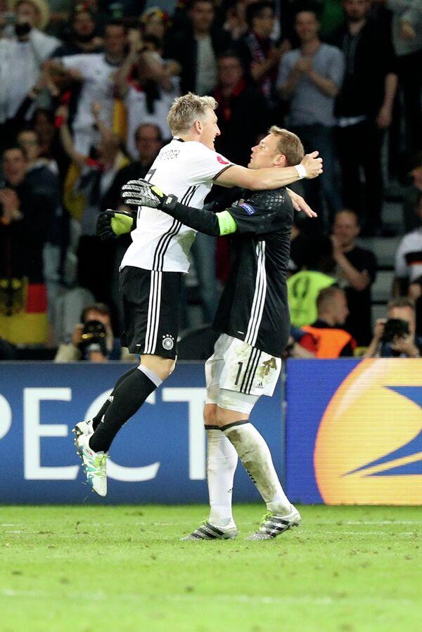 Футболисты сборной Германии Бастиан Швайнштайгер (слева) и Мануэль Нойер