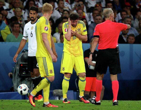 Форвард сборной Украины Евгений Селезнёв (второй справа)