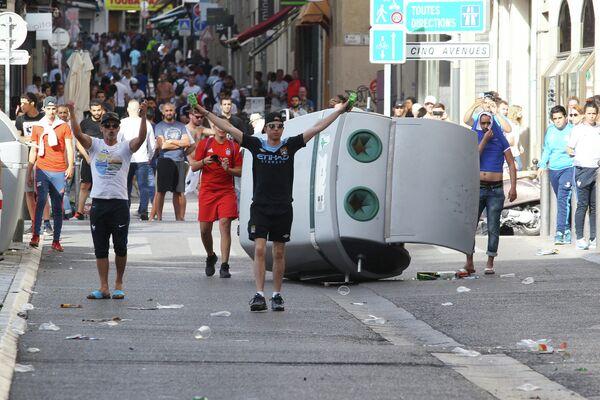 Фанаты английской сборной во время беспорядков в Марселе
