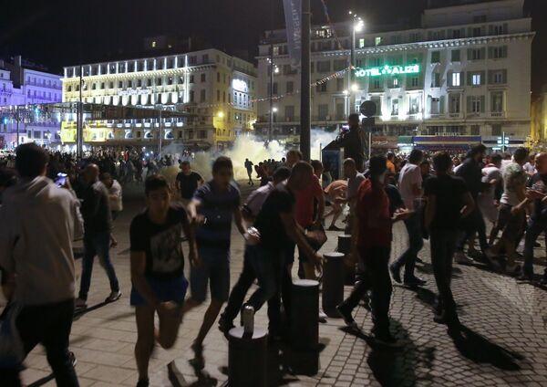Болельщики во время беспорядков в Марселе