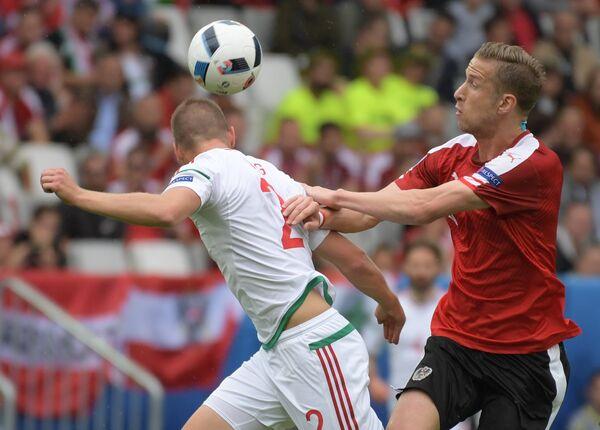 Защитник сборной Венгрии Адам Ланг (слева) и нападающий сборной Австрии Марк Янко