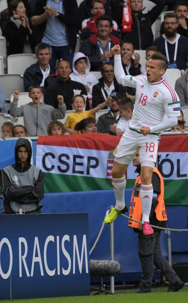 Полузащитник сборной Венгрии Золтан Штьебер радуется забитому мячу