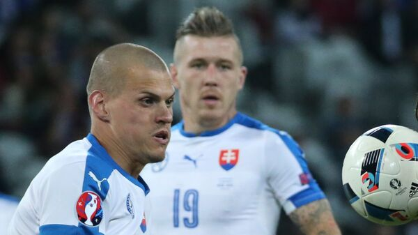 Защитник сборной Словакии Мартин Шкртел и нападающий сборной России Артем Дзюба (слева направо на первом плане)