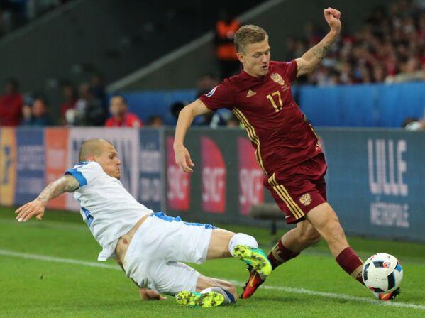 Защитник сборной Словакии Мартин Шкртел (слева) и полузащитник сборной России Олег Шатов
