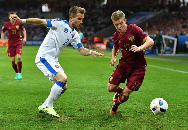Защитник сборной Словакии Петер Пекарик (слева) и полузащитник сборной России Олег Шатов