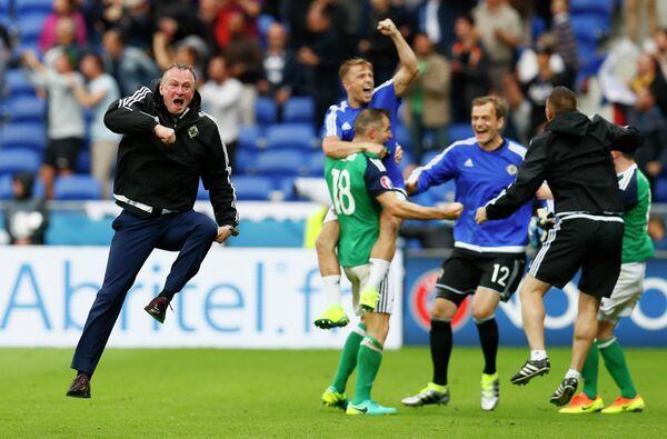 Главный тренер сборной Северной Ирландии Майкл О'Нил (слева) радуется забитому мячу