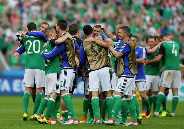 Футболисты сборной Северной Ирландии радуются победе