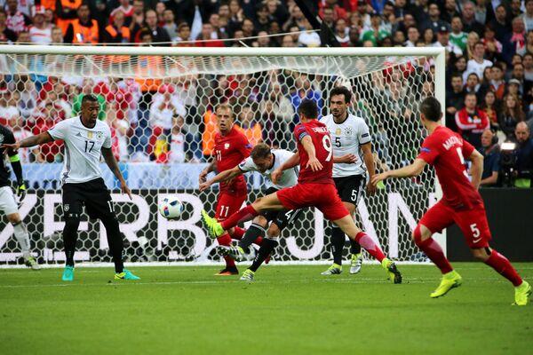 Игровой момент матча группового этапа чемпионата Европы по футболу - 2016 Германия - Польша