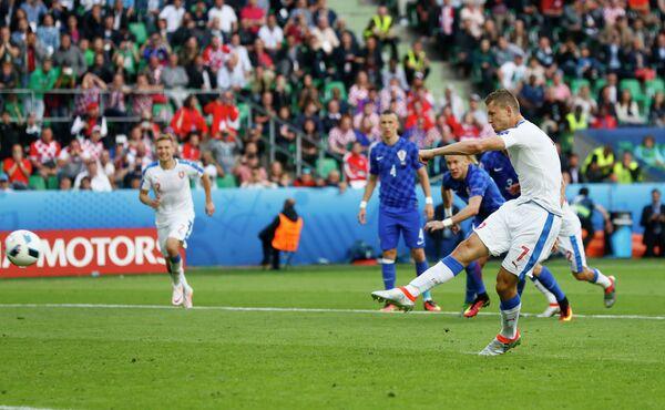 Нападающий сборной Чехии Томаш Нецид исполняет пенальти в ворота хорватов