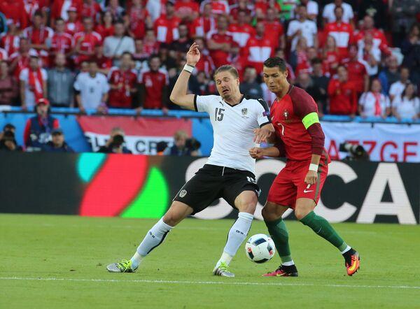 Защитник сборной Австрии Себастьян Прёдль (слева) и форвард сборной Португалии Криштиану Роналду