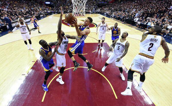 Игровой момент шестого матча финальной серии плей-офф НБА между Кливлендом и Голден Стэйт