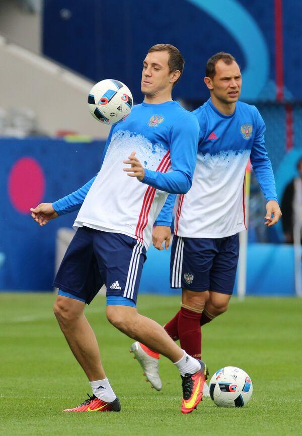 Игроки сборной России по футболу Артём Дзюба (слева) и Сергей Игнашевич