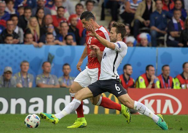 Полузащитник сборной Швейцарии Блерим Джемайли и полузащитник сборной Франции Йоан Кабай (справа)