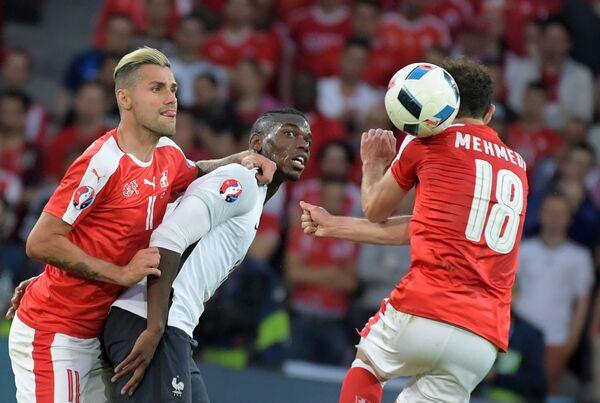 Полузащитник сборной Швейцарии Валон Бехрами, полузащитник сборной Франции Поль Погба и форвард сборной Швейцарии Адмир Мехмеди (слева направо)