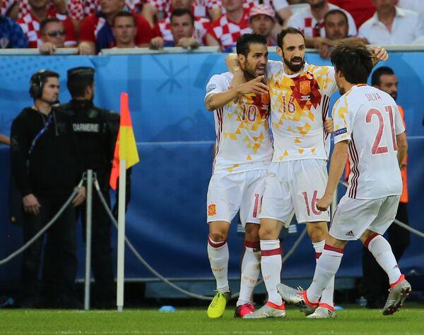 Футболисты сборной Испании Сеск Фабрегас, Хуанфран и Давид Сильва (слева направо)