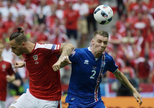 Нападающий сборной Австрии Марко Арнаутович (слева) и защитник сборной Исландии Биркир Севарссон