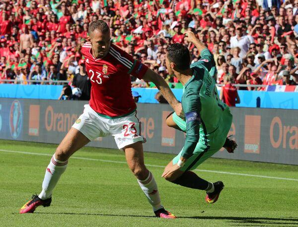 Защитник сборной Венгрии Роланд Юхас (слева) и нападающий сборной Португалии Криштиану Роналду