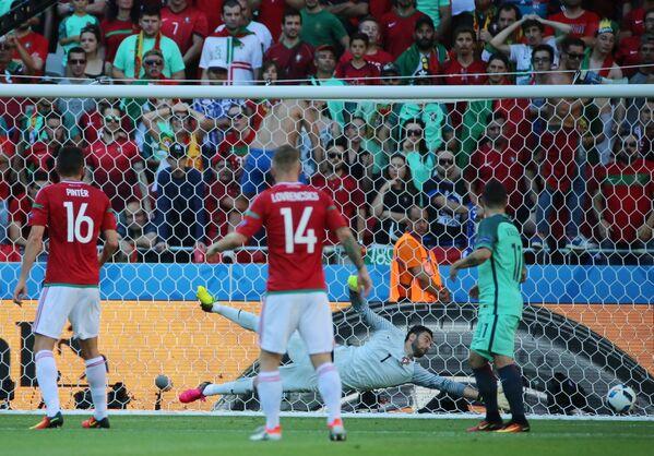 Вратарь сборной Португалии Руй Патрисиу (на дальнем плане) пропускает мяч в свои ворота