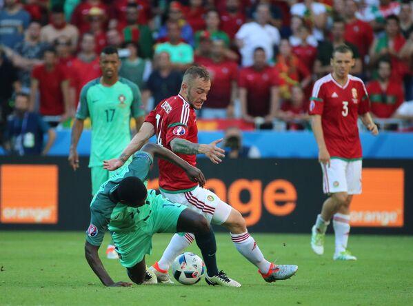 Защитник сборной Португалии Виллиам де Карвалью (слева) и полузащитник сборной Венгрии Герге Ловренчич