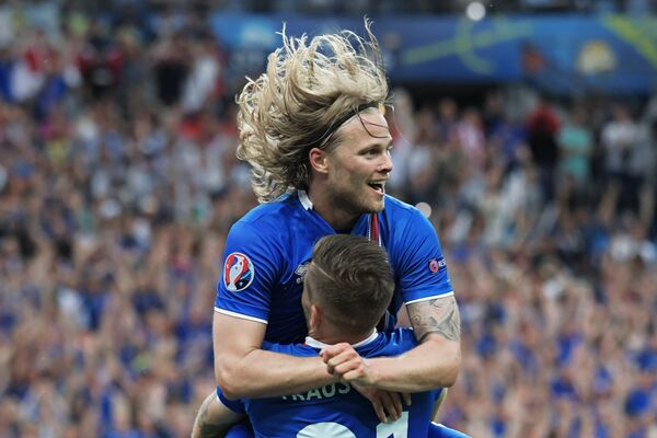 Полузащитник сборной Исландии Биркир Бьярнасон (вверху) и защитник сборной Исландии Арнор Траустасон