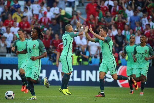 Футболисты сборной Португалии Рикарду Карвалью, Ренату Саншеш, Рикарду Куарежма, Криштиану Роналду, Жоау Мариу и Нани (слева направо) радуются забитому мячу