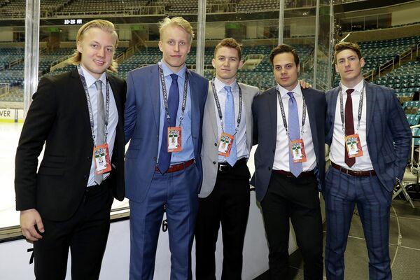 Александр Нюландер, Патрик Лайне, Мэтт Ткачук, Остон Мэттьюс и Пьер-Люк Дюбуа (слева направо)