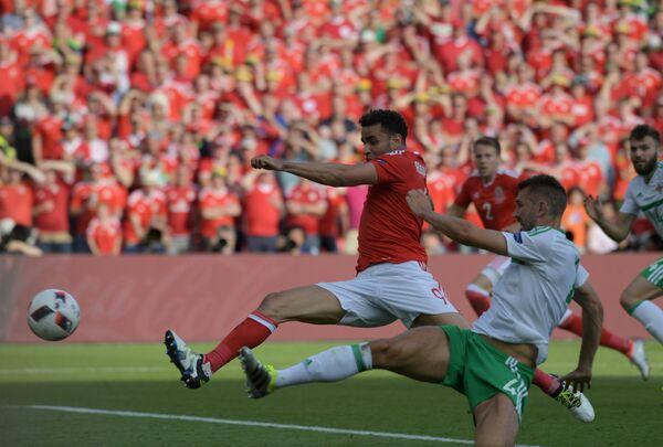 Форвард сборной Уэльса Хал Робсон-Кану (слева) и защитник сборной Северной Ирландии Гарет Маколи