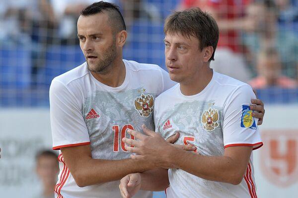 Футболисты сборной России по пляжному футболу Артур Папоротный и Юрий Крашенинников (справа)
