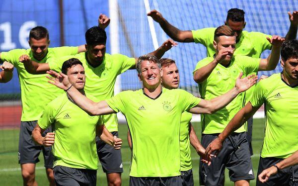 Полузащитник сборной Германии Бастиан Швайнштайгер (в центре)