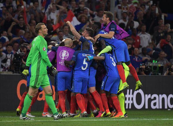 Футболисты сборной Франции радуются забитому голу