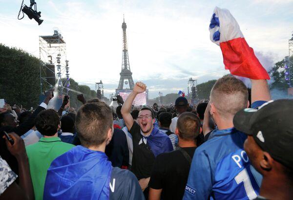 Болельщики сборной Франции в фан-зоне у Эйфелевой башни