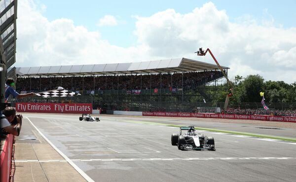 Пилот Мерседеса Льюис Хэмилтон на финише Гран-при Великобритании