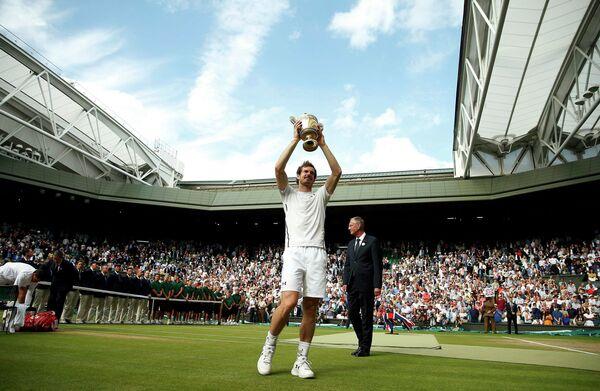 Энди Маррей с кубком за победу на Уимблдонском теннисном турнире