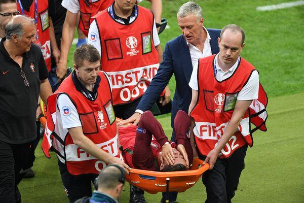 Медики выносят на носилках с поля нападающего сборной Португалии Криштиану Роналду (в центре на переднем плане)