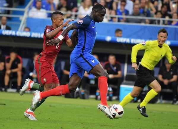 Полузащитник сборной Португалии Нани и защитник сборной Франции Патрис Эвра (слева направо)