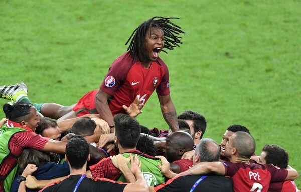 Полузащитник сборной Португалии Ренату Саншеш (вверху) и футболисты сборной Португалии