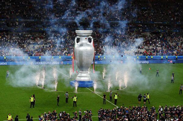 Салют после окончания финального матча чемпионата Европы по футболу - 2016 между сборными командами Португалии и Франции