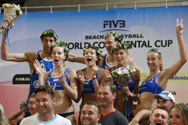 Российские спортсмены и тренерский штаб сборных России по пляжному волейболу