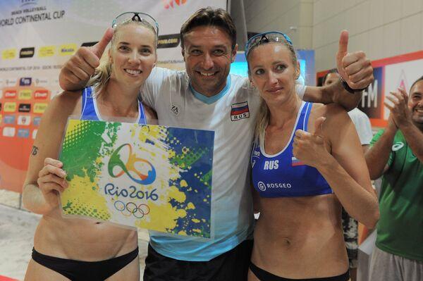 Евгения Уколова (слева), Екатерина Бирлова и главный тренер женской сборной России по пляжному волейболу Георгий Ряжнов