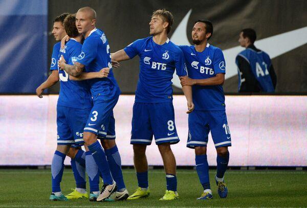 Футболисты Динамо Александр Зотов, Кирилл Панченко и Себастьян Хольмен (справа налево)