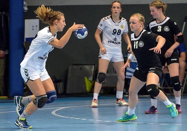Игрок сборной Германии Айлин Бок (справа)