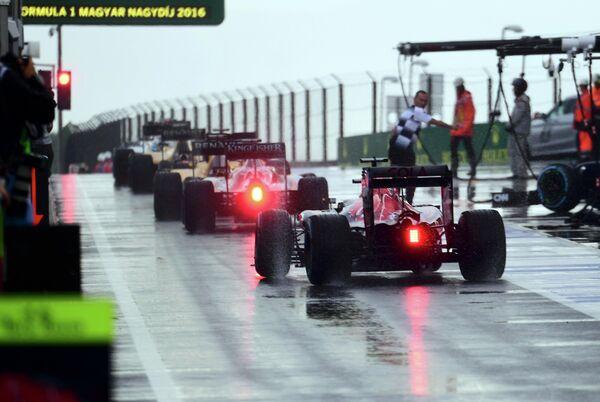 Пилоты Формулы-1 ожидают старта Гран-при Венгрии, отложенного из-за дождя