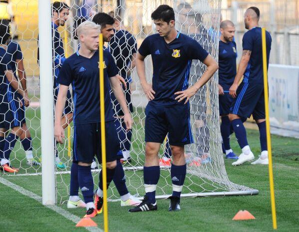 Футболисты Ростова Дмитрий Вебер (слева) и Сердар Азмун на тренировке